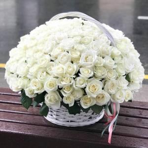 Корзина 101 белая роза с лентами R1940