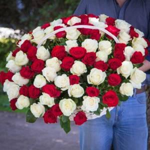 Корзина 101 роза микс красные и белые R1941