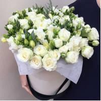 Сборная коробка с белой фрезией и розами R854
