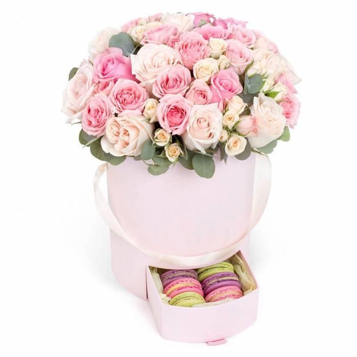 31 нежная роза в коробке с макаронсами R847