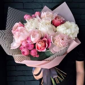 Сборный букет с пионами и розами R503