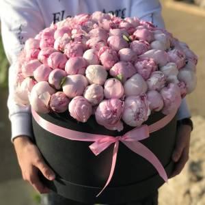 Темная коробка 101 розовый пион с оформлением R771