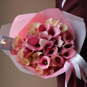 Букет 35 розовых калл с оформлением R763