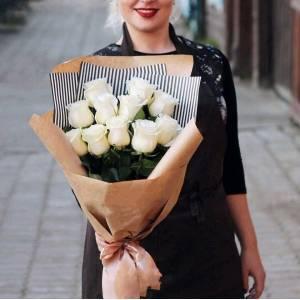 Букет 11 крупных белых роз в упаковке R935