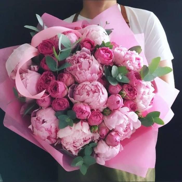 Сборный букет пионы и пионовидная роза с оформлением R1517