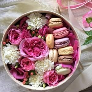 Нежная коробка с пионовидными розами и макаронсами R005