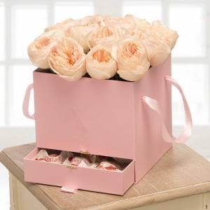 Коробка 15 пионовидных роз и рафаэлло R205