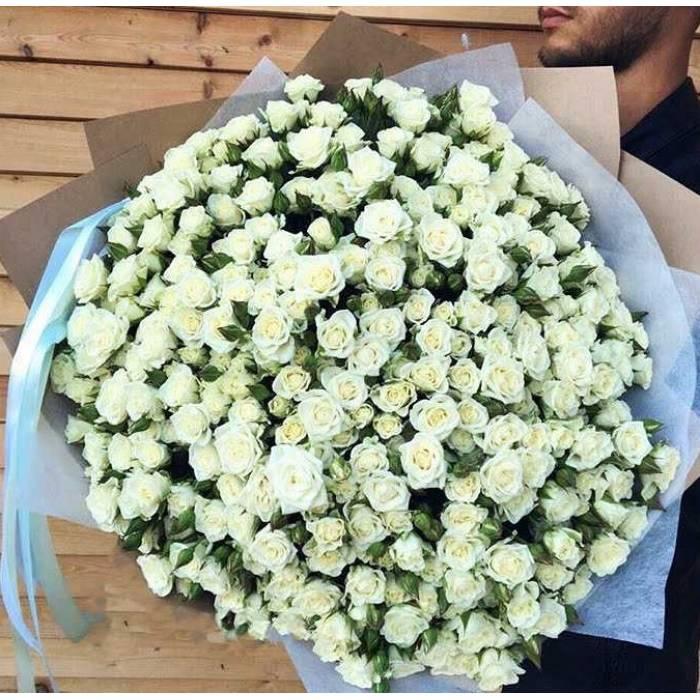 Букет белых кустовых роз в крафте R318