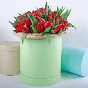 39 красных тюльпанов в коробке R417